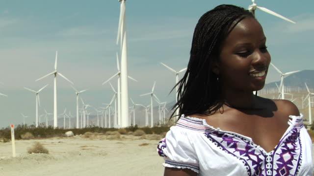 vídeos y material grabado en eventos de stock de niña africana un molinete de pan - sólo mujeres jóvenes