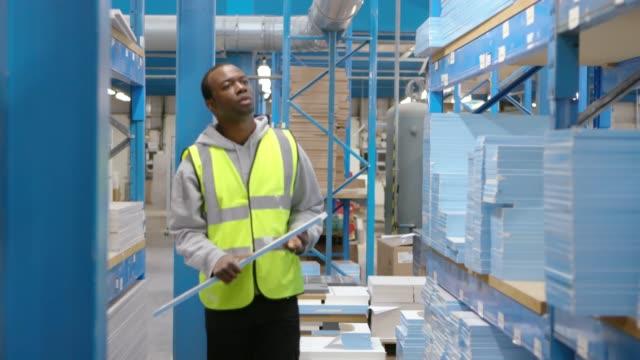 倉庫のアフリカの男性労働者 - 倉庫作業員点の映像素材/bロール