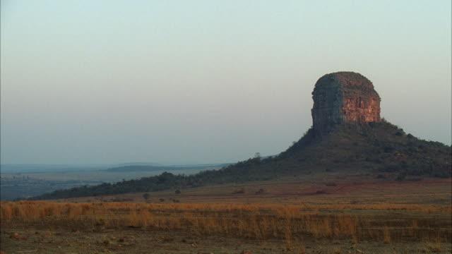 vidéos et rushes de  ws african plains with tall mountain butte / unspecified - piton rocheux