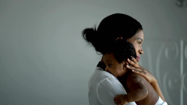 4k afrikanische alleinerziehende mutter hält ihr neugeborenes baby - single mother stock-videos und b-roll-filmmaterial