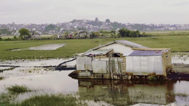 vidéos et rushes de bidonvilles africains. zones humides - délabré