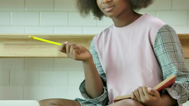 vidéos et rushes de des étudiants africains étudient dans la bibliothèque de l'école. - élève