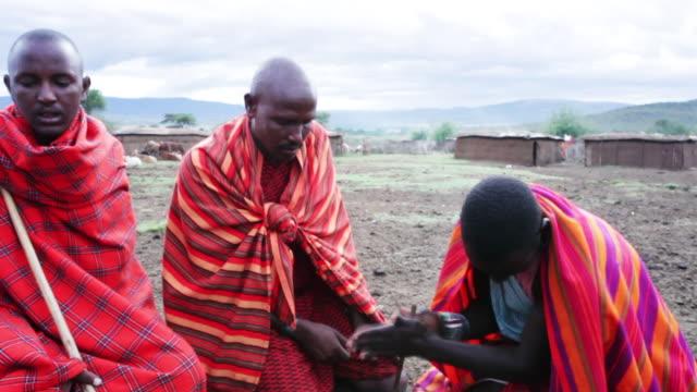 african tribesmen try and make fire. - schwarz ethnischer begriff stock-videos und b-roll-filmmaterial
