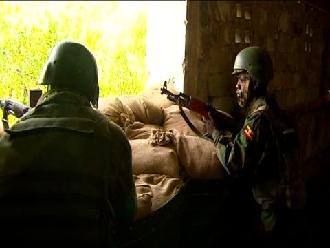 vidéos et rushes de african union peacekeepers try to control mogadishu against islam insurgents alshabaab - guerre civile