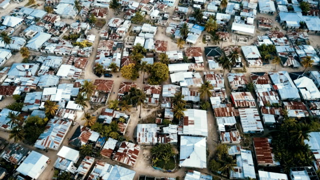 vídeos de stock, filmes e b-roll de african village shanty town -huts and shacks/aerial looking down, zanzibar - áfrica