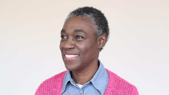 Afrikanische Frau in ihren 50ern mit kurzen Haaren zu Gesicht Kamera im studio
