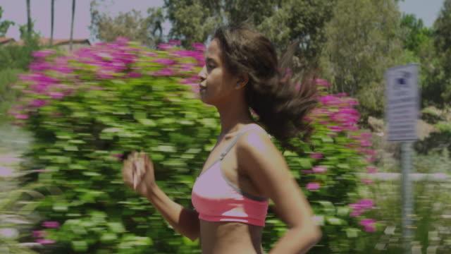 african woman running at the park - joggerin stock-videos und b-roll-filmmaterial