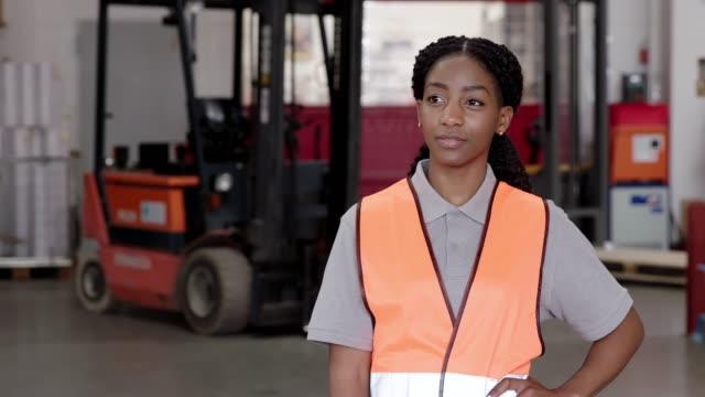 倉庫に立っているアフリカの女性労働者 - 倉庫作業員点の映像素材/bロール