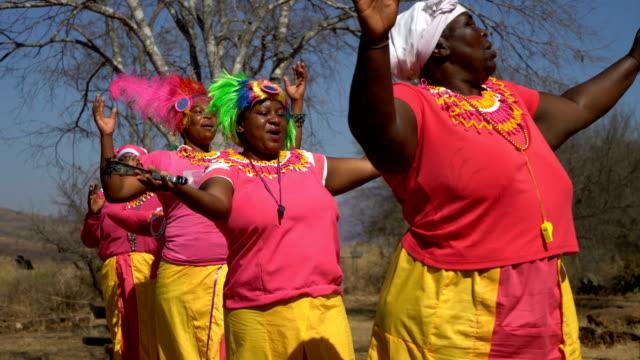 vídeos de stock, filmes e b-roll de african women in south african ceremonial ritual traditional dance - áfrica