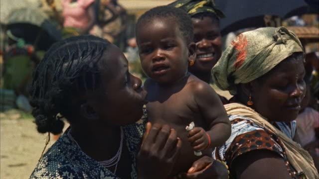 vídeos de stock e filmes b-roll de ms african women with babies. - família monoparental