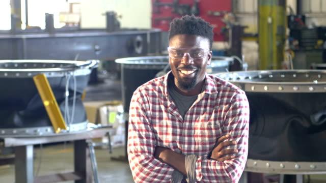stockvideo's en b-roll-footage met afrikaans-amerika man werken in metaal fabricage plant - metaalindustrie