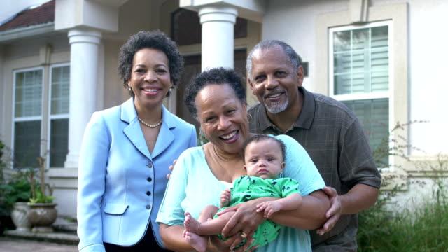 vidéos et rushes de bébé afro-américain avec des grands-parents et la tante - tante