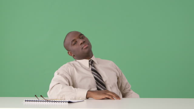 african-american businessman bored at desk - 男性一人点の映像素材/bロール