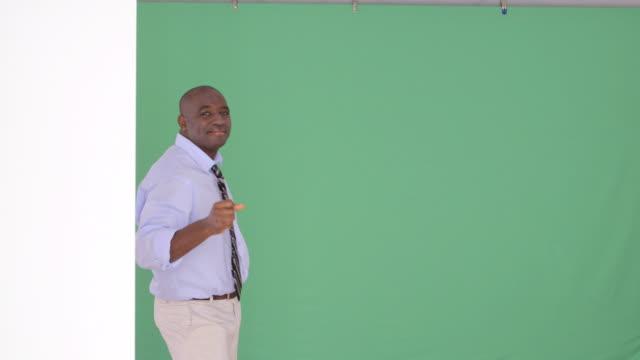 vidéos et rushes de african-american businessman dancing - 25 29 ans
