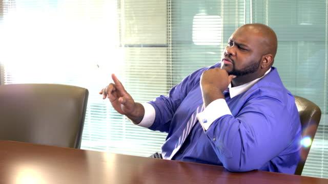 委員会部屋の話でアフリカ系アメリカ人のビジネスマン - 大柄点の映像素材/bロール