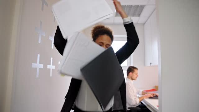 vídeos y material grabado en eventos de stock de empresaria afroamericana tirando papeles en una oficina - misfortune
