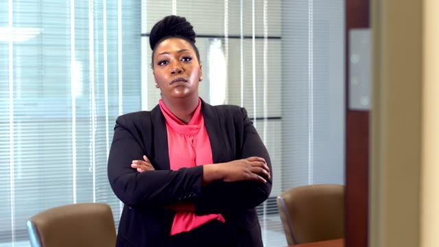 vídeos de stock, filmes e b-roll de empresária afro-americana, em pé na sala de diretoria - boss