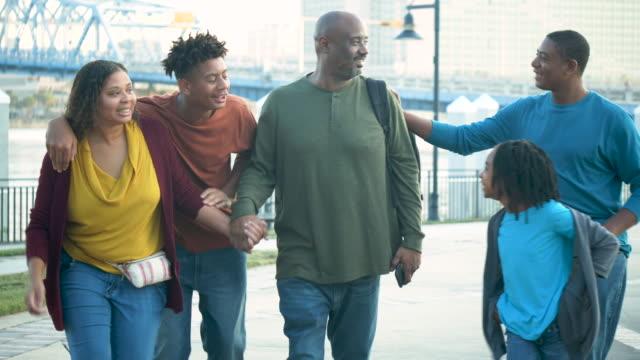 stockvideo's en b-roll-footage met afrikaans-amerikaans paar en kinderen die lopen - 35 39 years
