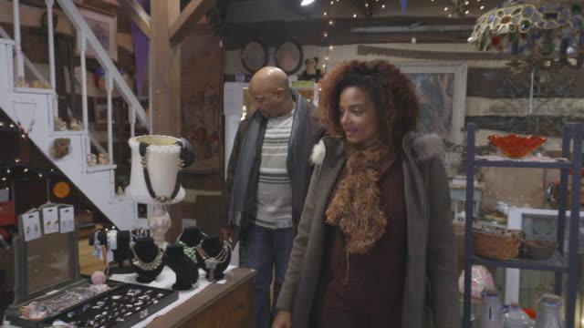 vídeos de stock, filmes e b-roll de casal afro-americano loja loja de antiguidade - antiquário loja