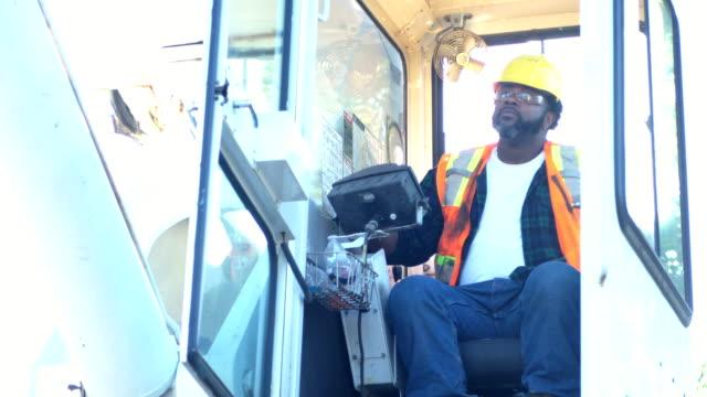 アフリカ系アメリカ人のクレーンオペレータはタクシーに登る - ヘルメット点の映像素材/bロール