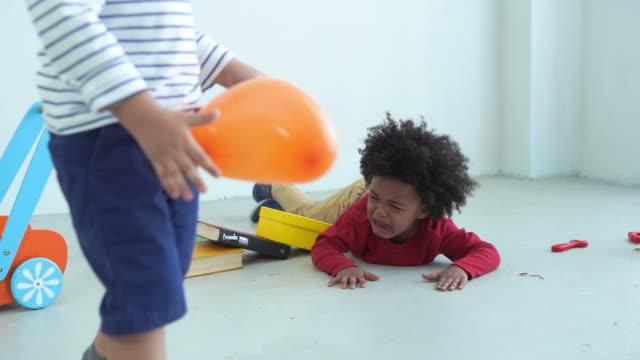 アフリカ系アメリカ人の民族の小さな男の子、泣く、悲しみ - 4歳から5歳点の映像素材/bロール
