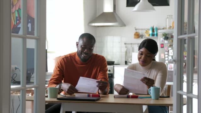 afroamerikanische familie füllt briefwahl während coronavirus-krise in den usa - wahlschein stock-videos und b-roll-filmmaterial