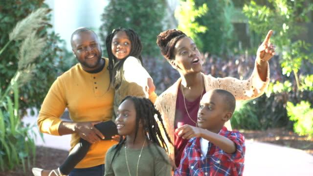 vídeos y material grabado en eventos de stock de familia afroamericana de cinco caminando por el jardín - 30 39 years