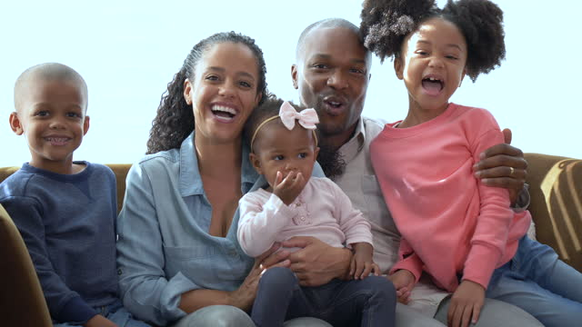 stockvideo's en b-roll-footage met african-american family, three children on sofa laughing - 35 39 years