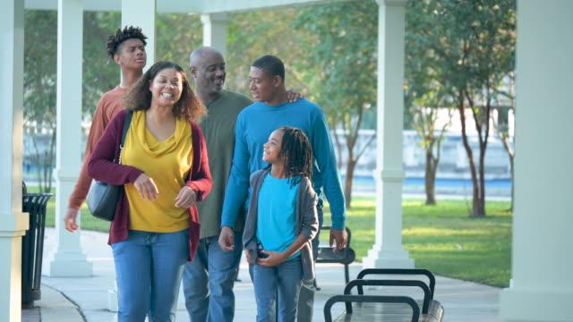 afroamerikanische familie, die gemeinsam im freien spazieren geht - 35 39 years stock-videos und b-roll-filmmaterial