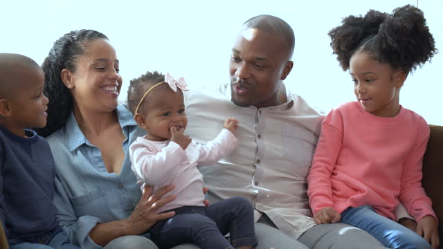 stockvideo's en b-roll-footage met african-american family with three children on couch - 35 39 years