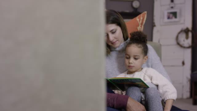 Lecture de père afro-américain à sa fille