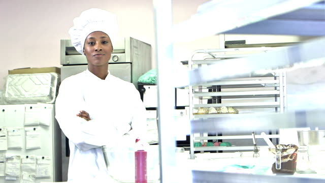 african-american female chef in commercial kitchen - forno video stock e b–roll