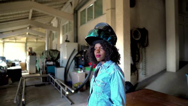 stockvideo's en b-roll-footage met afrikaans-amerikaanse vrouwelijke lasser - metaalindustrie
