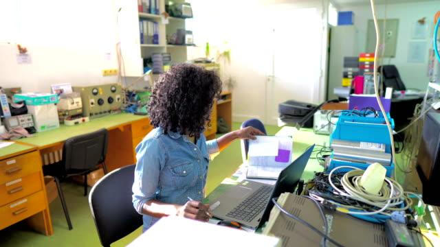 エンジニアリングオフィスでのアフリカ系アメリカ人女性労働者 - 作業場点の映像素材/bロール