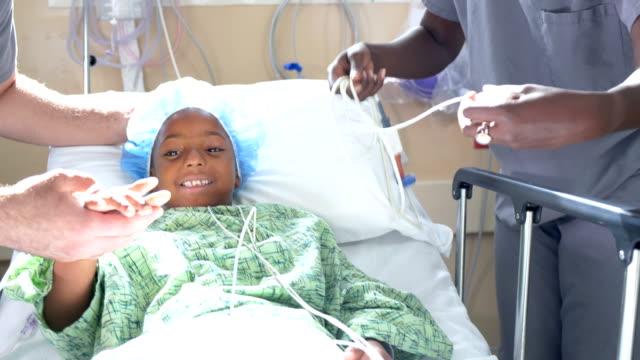 ragazza afroamericana in ospedale con medici - spingere video stock e b–roll