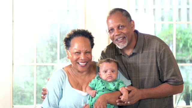 vídeos y material grabado en eventos de stock de abuelos afroamericanos con bebé - 60 69 años