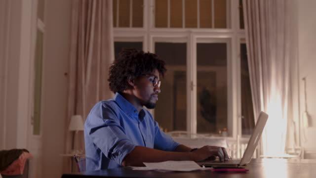 アフリカ系アメリカ人の人が自宅で仕事 - 書斎点の映像素材/bロール