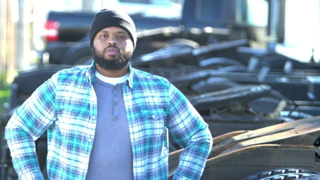 vídeos de stock, filmes e b-roll de homem afro-americano trabalhando em empresa de caminhões - braços cruzados