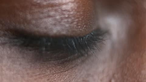 ecu afro-amerikaner person eröffnung braune augen - haut stock-videos und b-roll-filmmaterial
