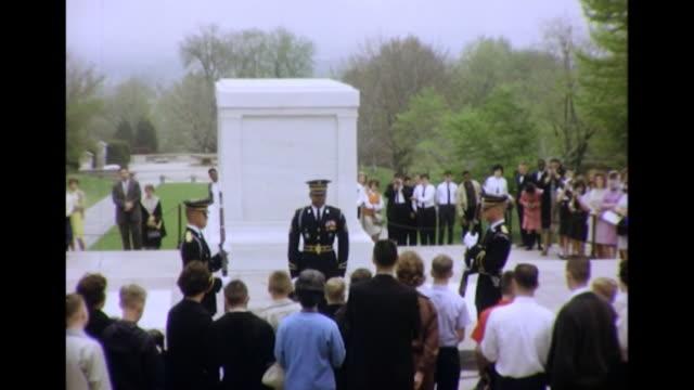 1964 african-american soldier at tomb of the unknown - cimitero nazionale di arlington video stock e b–roll