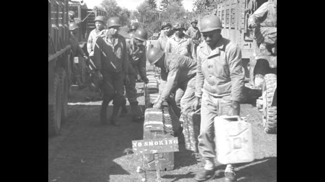 "vidéos et rushes de african-american soldiers pick up fuel cans lined up between rows of trucks / black soldier fills ""red ball express"" truck with fuel / black soldier... - soldat"
