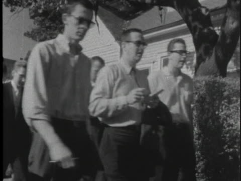 african-american students walk to school with caucasian students. - アメリカ公民権運動点の映像素材/bロール