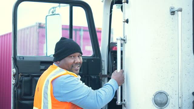 afroamerikansk lastbilschaufför klättrar in i hytten - standing bildbanksvideor och videomaterial från bakom kulisserna