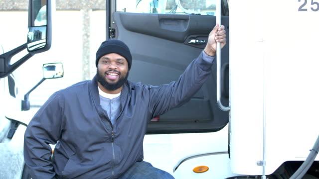 アフリカ系アメリカ人のトラック運転手 - トラック運転手点の映像素材/bロール
