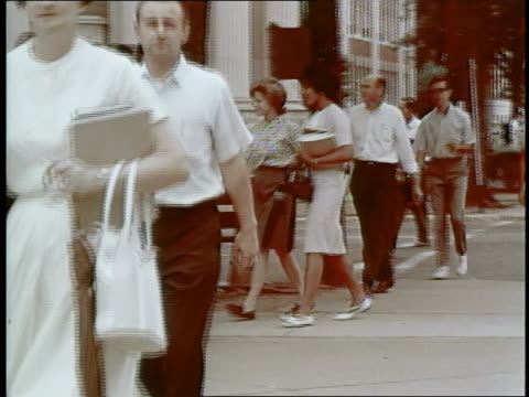 vidéos et rushes de african-american vivian malone walks with a caucasian girl at the university of alabama, a 1963 victory for civil rights. - groupe organisé
