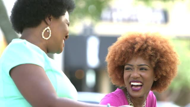 Afro-Amerikaanse vrouw en haar dochter addult