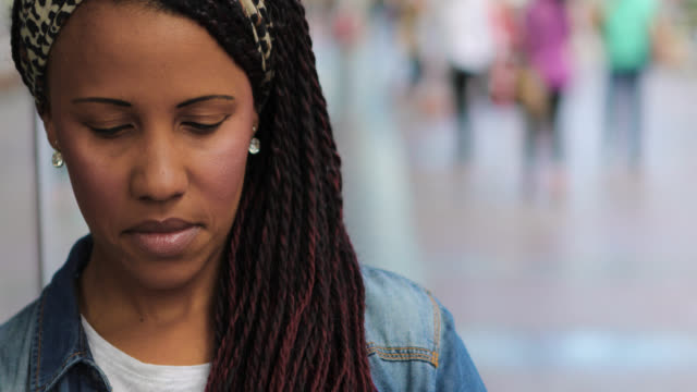 vidéos et rushes de femme afro-américain regardant l'appareil-photo, souriant et collant dehors la langue - tongue