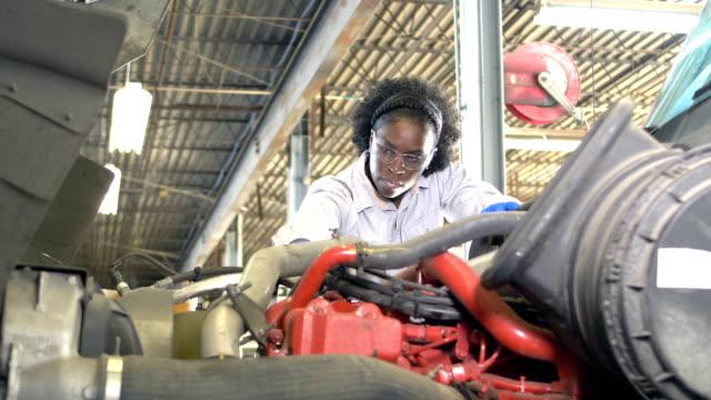 afroamerikanische frau repariert sattelschleponen - motor stock-videos und b-roll-filmmaterial