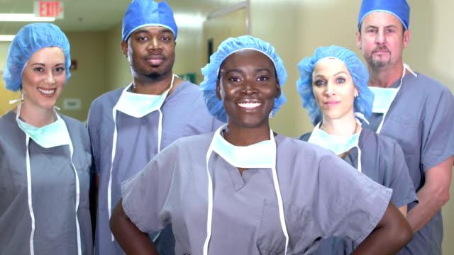 vidéos et rushes de femme afro-américaine avec l'équipe médicale à l'hôpital - infirmier