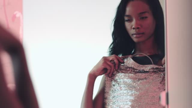 vídeos de stock, filmes e b-roll de afro-americana mulher roupas e olhando no espelho - cabine de loja